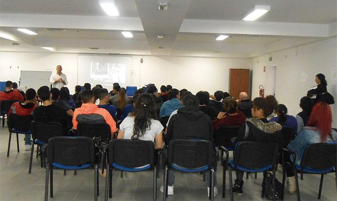 Conferenza Narconon durante l'autogestione nelle scuole