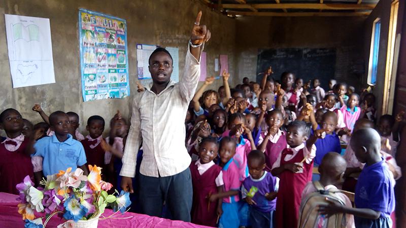 Narconon Nigeria - i bambini fanno gli esercizi di comunicazione